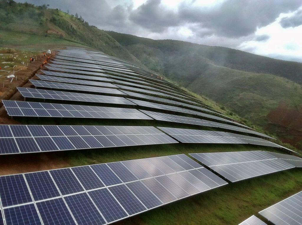 montanhas e paineis fotovoltaicos