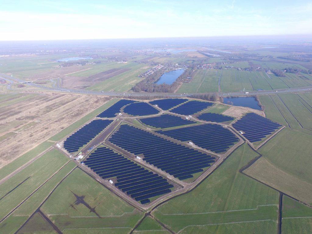 paisagem vista de cima de parque fotovoltaico