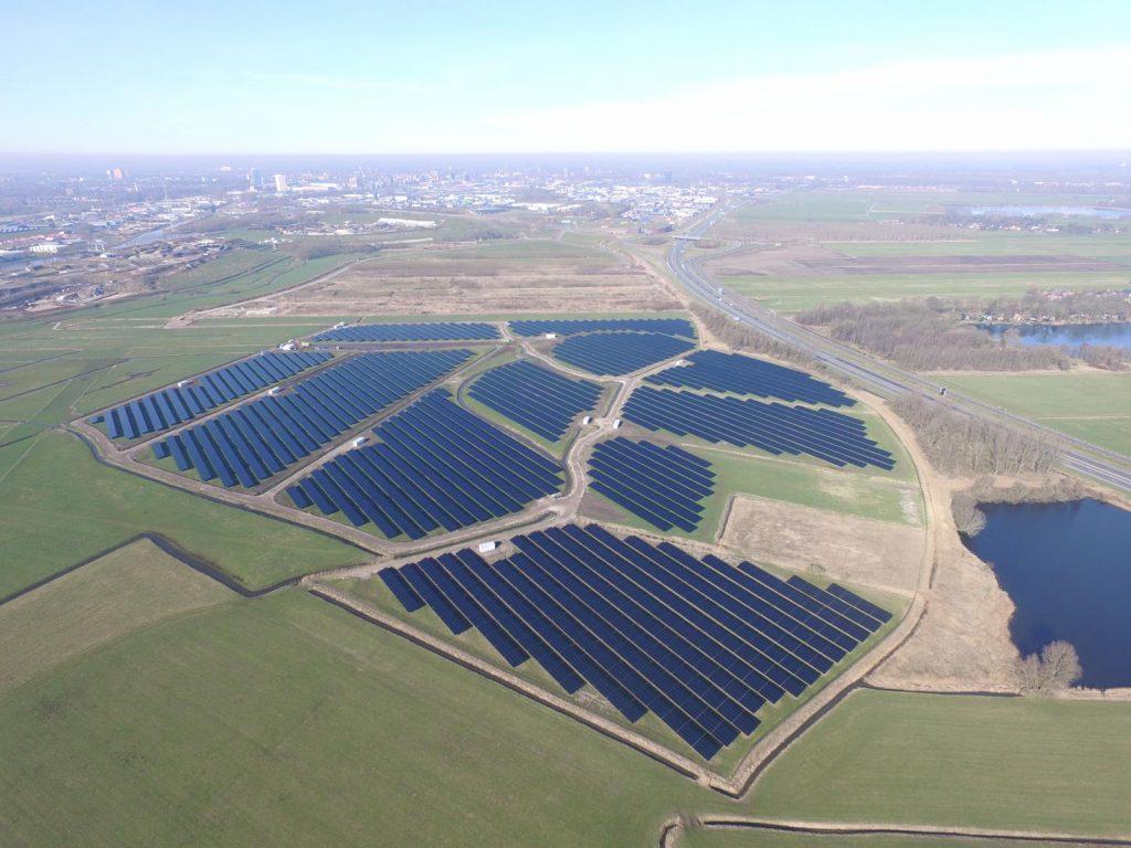 paisagen vista de cima de paineis fotovoltaicos