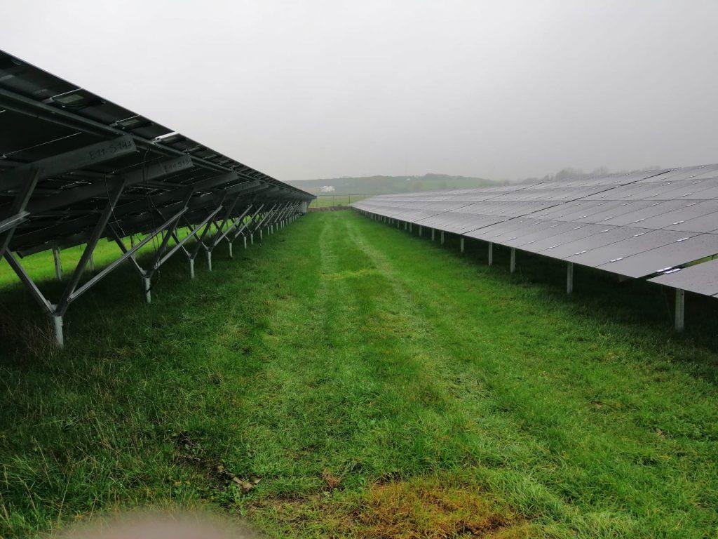 campo e paineis fotovoltaicos