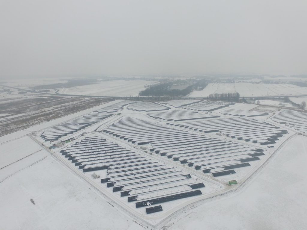 paisagem de parque fotovoltaico com neve