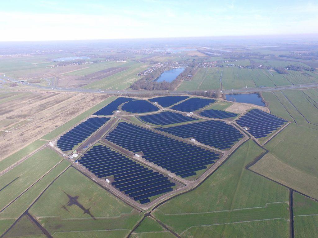 paisagem de paineis fotovoltaicos