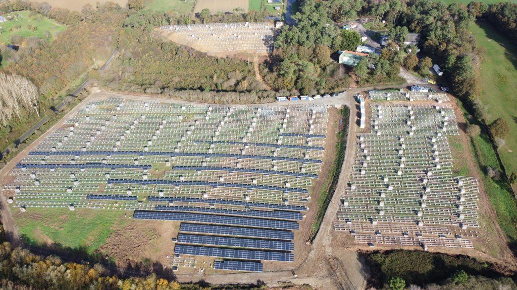 paisagem de parque fotovoltaico e arvores