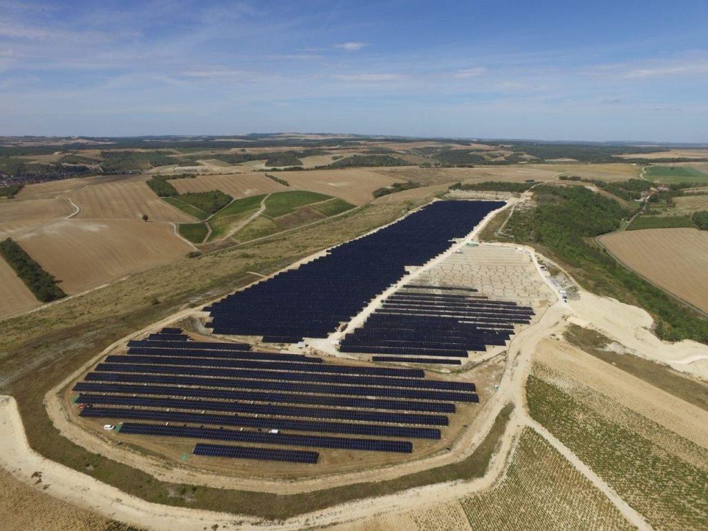 paisagem de parque fotovoltaico e campos