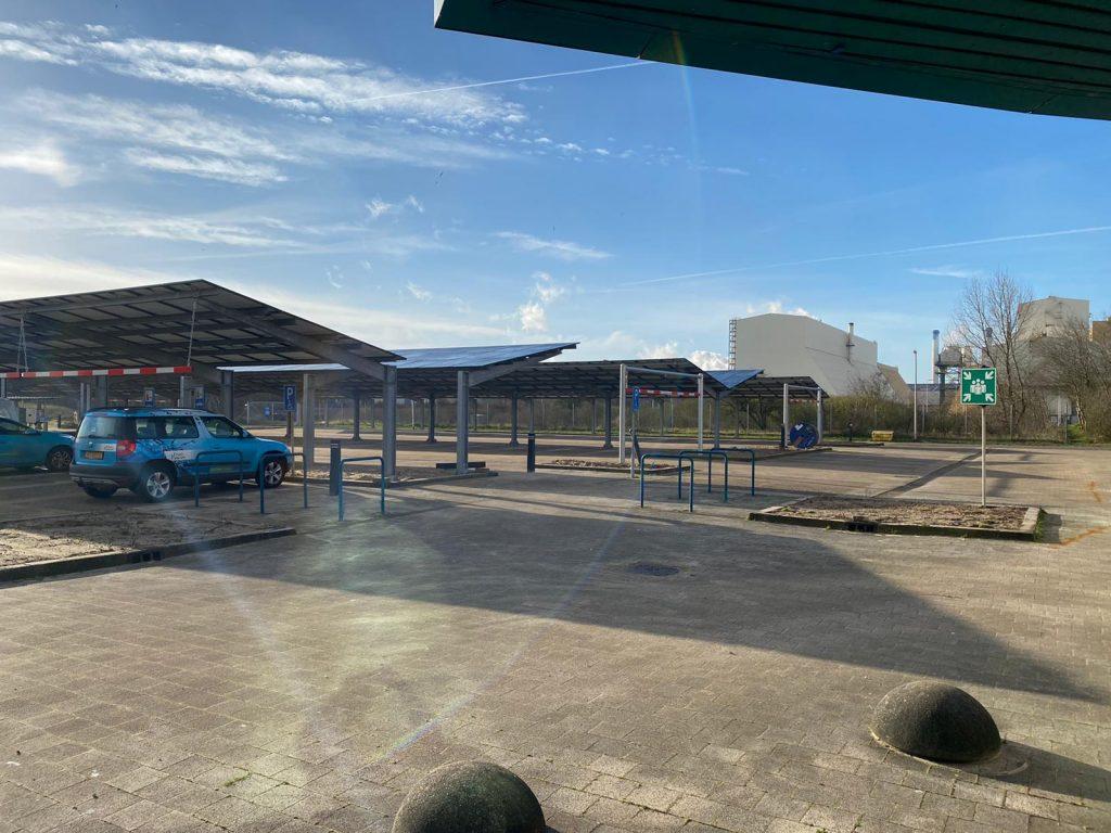 parque de estacionamento com coberturas com paineis fotovoltaicos