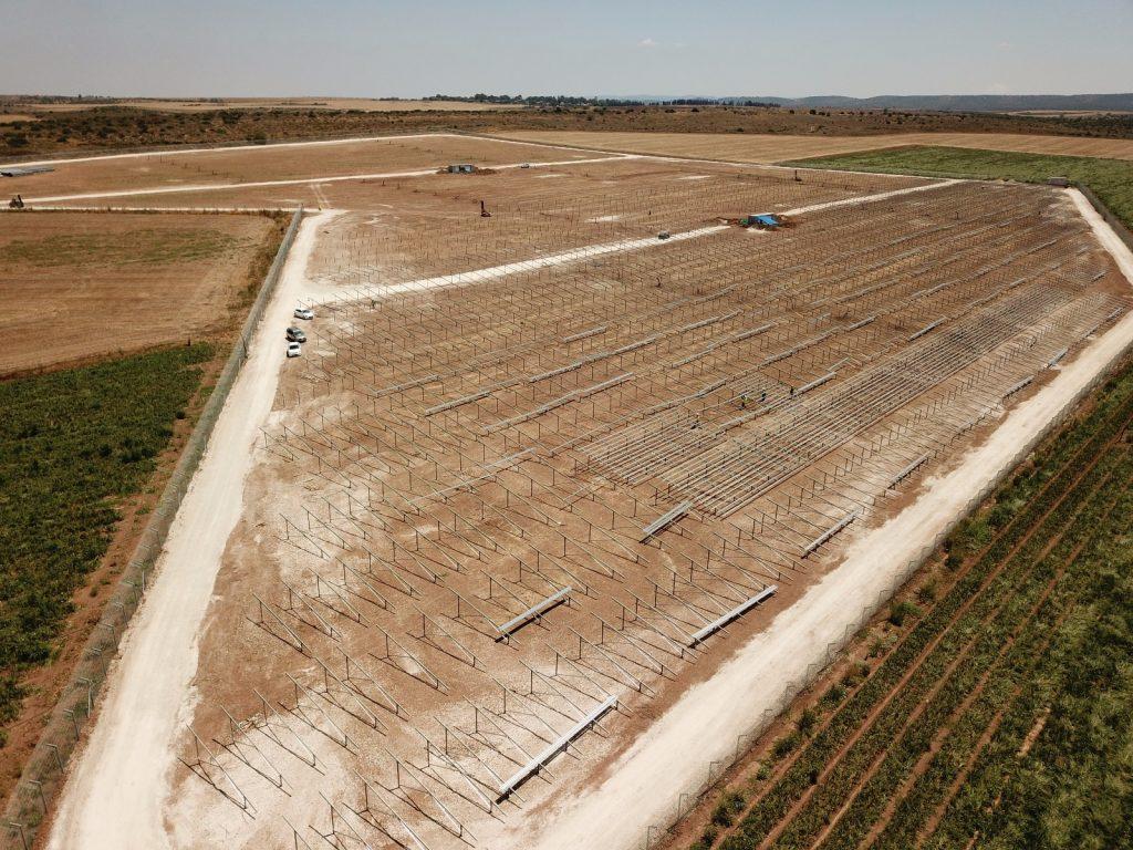 campo com estruturas para instalação de paineis fotovoltaicos
