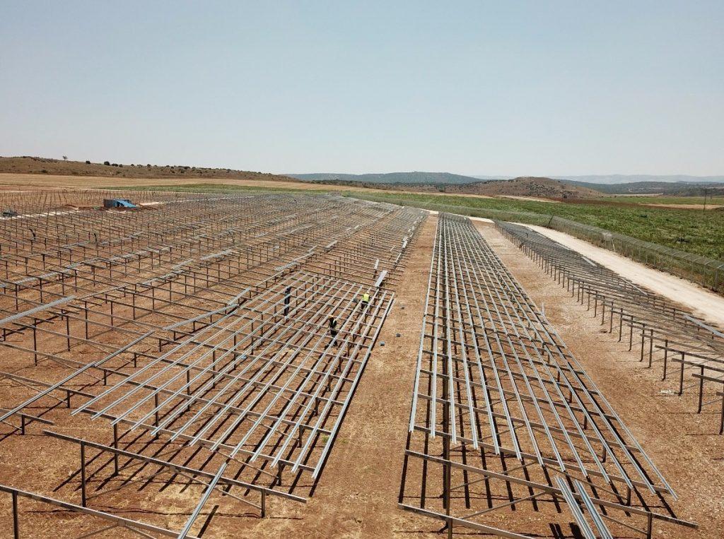 campo com estruturas de paineis fotovoltaicos