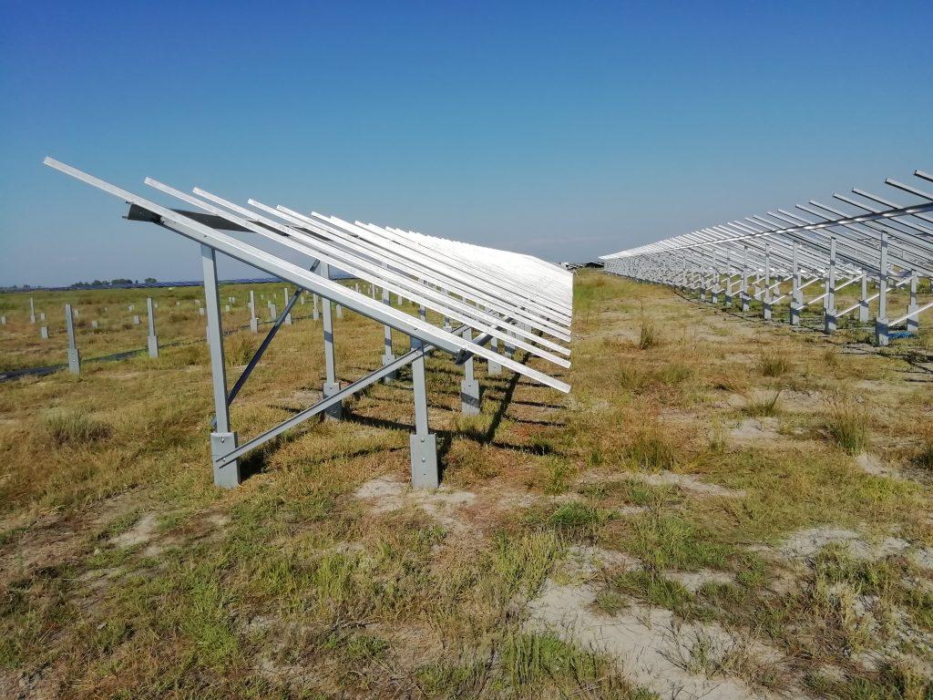 campo com instalação de paineis fotovoltaicos