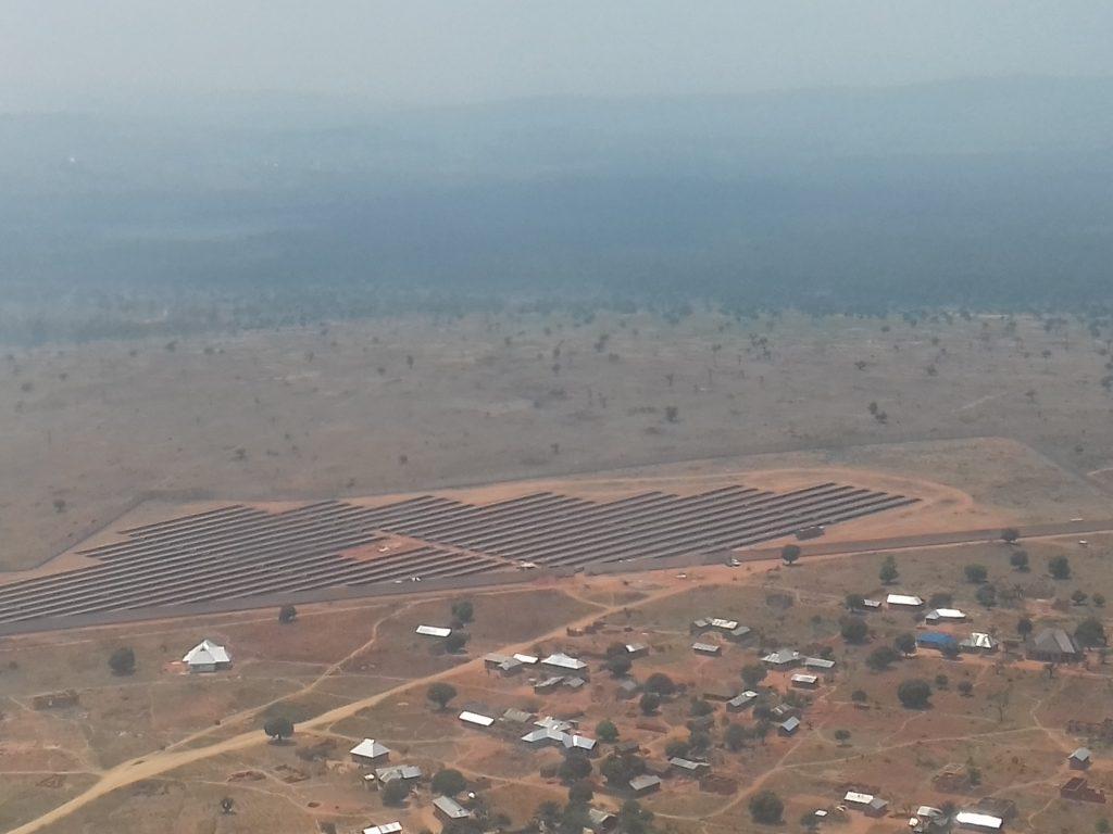 paisagem com parque fotovoltaico e casas