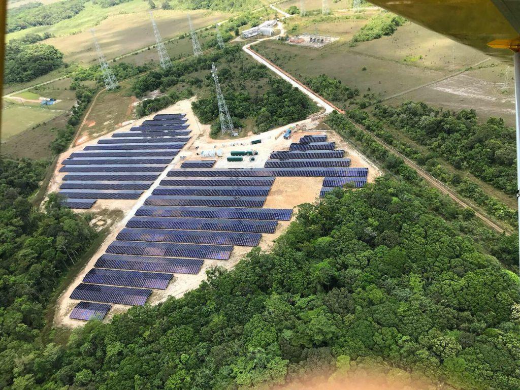 paisagem com parque fotovoltaicos e arvores